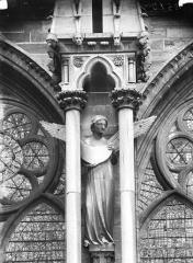 Cathédrale Notre-Dame - Contrefort, ange portant la lune