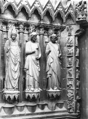Cathédrale Notre-Dame - Portail ouest, porte droite, ébrasement gauche, trois figures