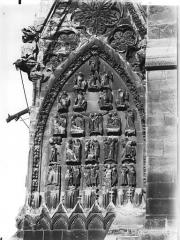 Cathédrale Notre-Dame - Base de la tour sud, tympan décorant la face en retour