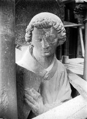 Cathédrale Notre-Dame - Contrefort de la tour sud, buste de statue, saint Etienne