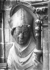 Cathédrale Notre-Dame - Contrefort de la tour sud, buste de statue, saint Evêque