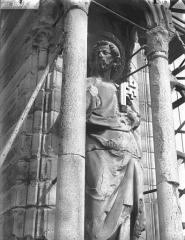 Cathédrale Notre-Dame - Contrefort de la tour sud, statue de saint Pierre