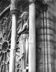 Cathédrale Notre-Dame - Statue de la Vierge, près de la rose du grand portail