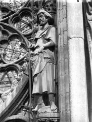 Cathédrale Notre-Dame - Statue de saint Jacques (supposé), près de la rose du grand portail