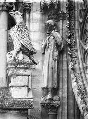 Cathédrale Notre-Dame - Statue d'un saint pélerin, près de la rose du grand portail