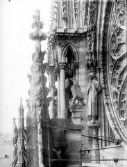 Cathédrale Notre-Dame - Pinâcles, statues et partie de la rose