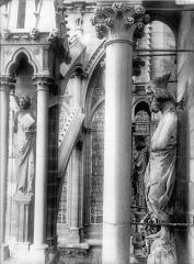Cathédrale Notre-Dame - Statue de roi dit Pépin et dernier ange du contrefort, au sud