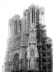 Cathédrale Notre-Dame - Tour ouest et tour sud échafaudée