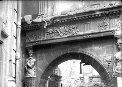Maison natale de Jean-Baptiste de la Salle - Cariatides et linteau