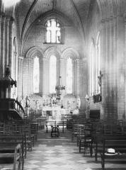 Ancienne abbaye - Eglise Saint-Pierre et Saint-Sicaire : Vue intérieure de la nef vers le choeur