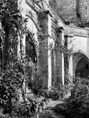 Ancienne abbaye - Cloître : Galerie en perspective