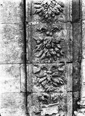Ancienne abbaye - Ancien jardin de l'abbaye : Reposoir n° 2, détail sculpté