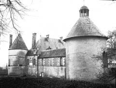Domaine du château de Bussy-Rabutin - Aile et tours, côté gauche