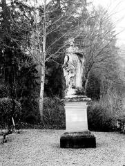 Domaine du château de Bussy-Rabutin - Statue dans le parc