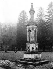 Domaine du château de Bussy-Rabutin - Edicule dans le parc