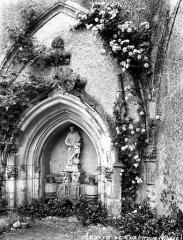 Ancienn abbaye Saint-Sauveur de Charroux - Cloître (ancien) : Arcade à l'angle nord-est