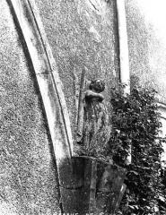 Ancienn abbaye Saint-Sauveur de Charroux - Cloître (ancien) : Restes d'un départ d'arcades