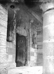 Eglise Saint-Vallier de Messigny - Intérieur, revers d'un portail et statue