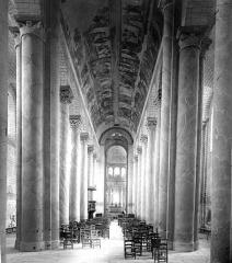 Ancienne église abbatiale - Nef, vue de l'entrée