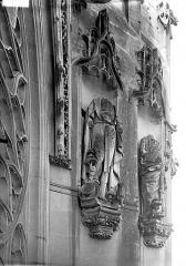Eglise Saint-Gervais-Saint-Protais - Bras nord du transept, statues, rose