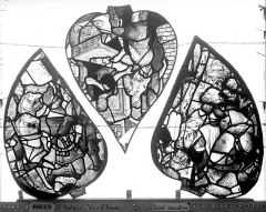 Eglise Saint-Godard - Vitrail, baie 17, Vie de saint Romain, écoinçons du tympan