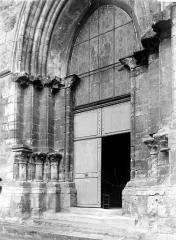 Eglise Sainte-Croix - Portail: vue diagonale