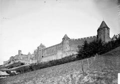 Cité de Carcassonne - Courtines et tours en contreplongée
