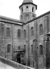 Ancienne abbaye Sainte-Foy - Angle de la nef et du transept, et clocher