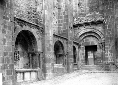 Ancienne abbaye Sainte-Foy - Enfeus et portail de la façade sud