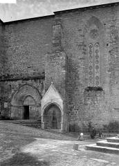Eglise Saint-Jean - Façade Nord: portail, et porte de la chapelle du XIVème siècle