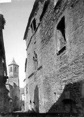 Eglise Saint-Jean - Clocher côté nord-est en arrière-plan d'une maison