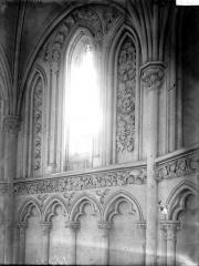 Eglise de Norrey-en-Bessin - Arcatures et fenêtre: décor sculpté