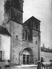 Eglise Saint-Andoche - Façade ouest: vue diagonale