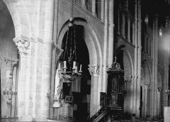 Eglise Saint-Andoche - Nef: travées et chaire à prêcher