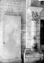 Eglise Saint-Florent - Dalle funéraire, colonnette et chapiteau