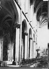 Eglise (collégiale) Notre-Dame - Nef et bas-côté nord vus de l'entrée