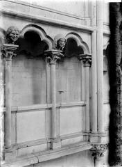 Eglise (collégiale) Notre-Dame - Triforium, détail: chapiteaux et mascarons