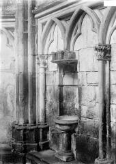 Eglise (collégiale) Notre-Dame - Bénitier