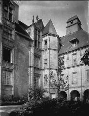Ancien Hôtel des Moneyroux, appelé improprement ancien château des Comtes de la Marche, actuellement siège du Conseil général - Vue d'ensemble