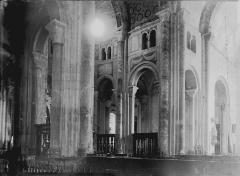 Ancienne abbaye - Nef: vue diagonale