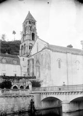 Ancienne abbaye - Eglise Saint-Pierre-et-Saint-Sicaire : Angle sud-ouest
