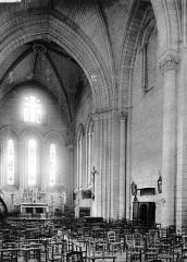 Ancienne abbaye - Eglise Saint-Pierre-et-Saint-Sicaire : Vue intérieure de la nef vers le sud-est