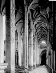 Eglise Saint-Gervais-Saint-Protais - Nef vue du choeur