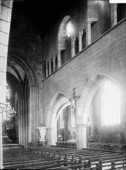 Eglise Notre-Dame du Creisker ou Kreisker - Nef et bas-côté sud: vue diagonale