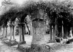 Ancien couvent des Cordeliers - Cloître : Angle de deux galeries en ruines