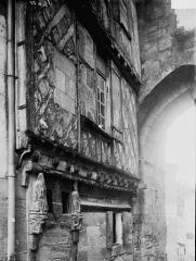 Porte, dite de la Cadène, et maison à pans de bois attenante - Façade: vue diagonale