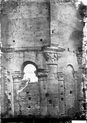 Ancien prieuré Saint-Léonard - Eglise (ruines). Vue intérieure du choeur : Arcades et chapiteaux historiés