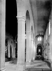 Eglise - Vue diagonale de la nef et bas côté sud