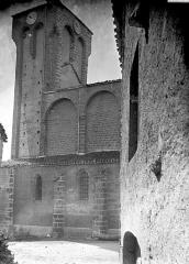 Eglise à l'exception de l'étage moderne qui couronne le clocher occidental - Clocher et partie latérale