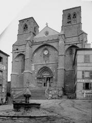 Eglise abbatiale Saint-Robert - Façade ouest